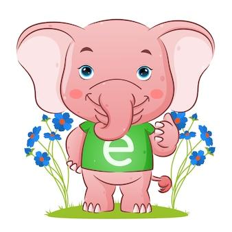 L'éléphant mignon avec la chemise de l'alphabet donne l'illustration du pouce vers le haut
