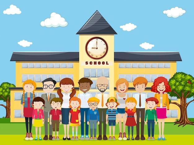 Élèves et enseignants sur le terrain de l'école