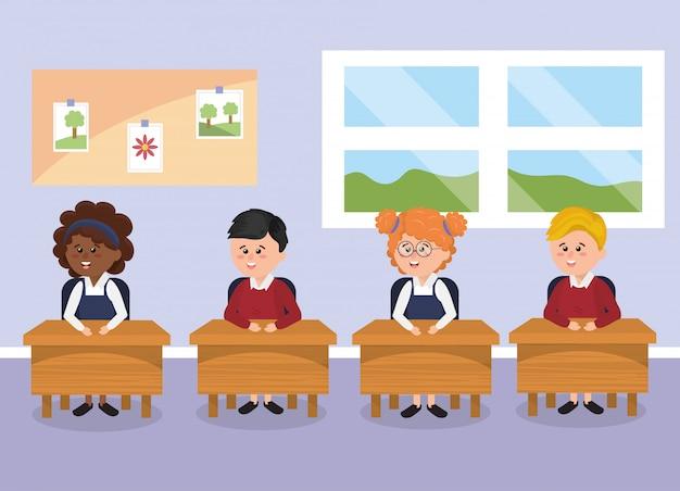 Élèves étudiants avec pupitre dans la classe