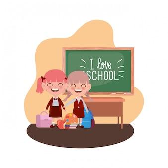 Élèves filles avec des fournitures scolaires dans la salle de classe