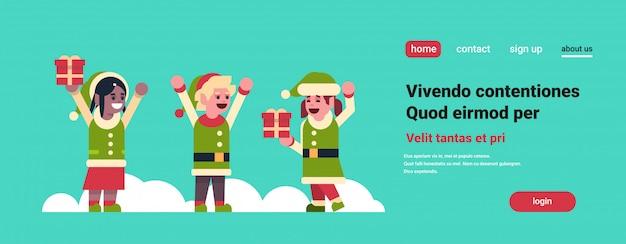 Elfes fille garçon santa claus aide tenir cadeau boîte cadeau joyeux noël vacances nouvel an