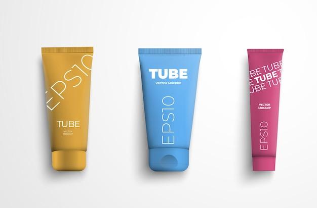 Emballage en plastique de modèle vectoriel avec de la crème pour les soins de la peau, isolé sur fond blanc. maquette de tube rose, bleu et jaune avec lotion pour la présentation du design. lot de 3 contenants avec couvercle