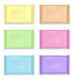 Emballages en plastique colorés sur blanc