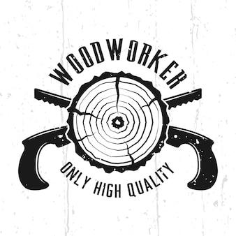 Emblème, insigne, étiquette ou logo vectoriel monochrome woodworks dans un style vintage avec des scies à main croisées isolées sur fond avec des textures amovibles