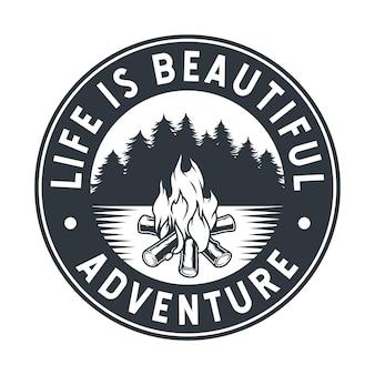 Emblème monochrome du voyage de flamme de feu de camp brûlant