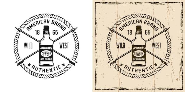 Emblème vectoriel occidental, badge, étiquette, logo ou t-shirt imprimé avec une bouteille de whisky dans deux styles monochromes et vintage colorés