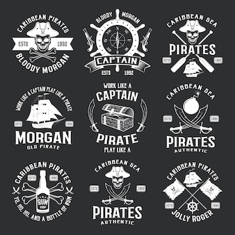 Emblèmes monochromes de pirates des caraïbes avec sabre de pistolet de bateau de barre jolly roger