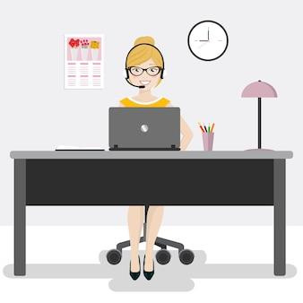 Employé de bureau féminin avec un ordinateur portable et des écouteurs