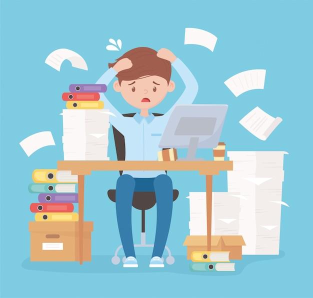 Employé stressé travaillant au bureau avec des boîtes de documents et un ordinateur portable