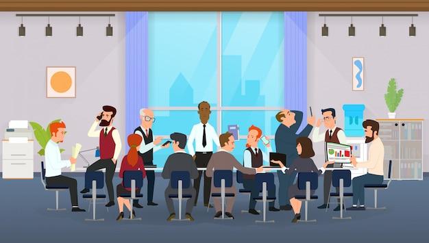 Employés de bureau assis à une table ronde et discutant d'idées, échangeant des informations.