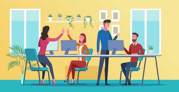 Employés de bureau heureux ayant une conversation sur le lieu de travail