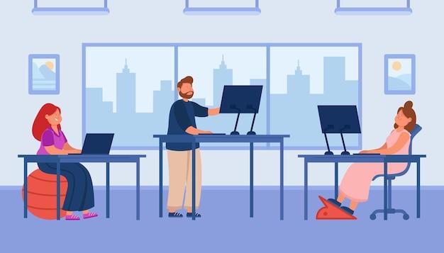Employés de dessin animé travaillant sur des ordinateurs dans un espace ouvert de bureau