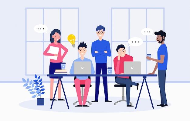 Les employés de l'équipe commerciale discutent d'idées pour démarrer un nouveau projet