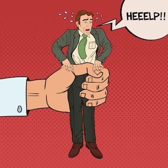 Employeur big hand serre un employé de bureau pop art. oppression au travail.