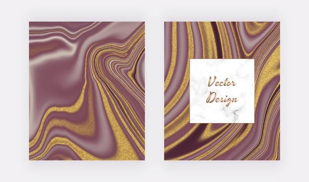 Encre liquide violette avec des cartes de paillettes d'or et un cadre en marbre.
