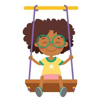 Enfant drôle jouant dans une balançoire