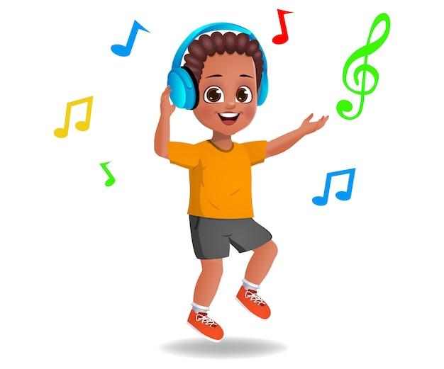 Enfant garçon mignon écoutant de la musique