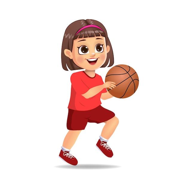 Enfant de garçon mignon jouant au basket-ball