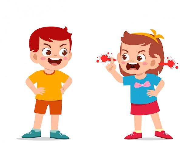 Enfant mignon garçon et fille se battent et se disputent