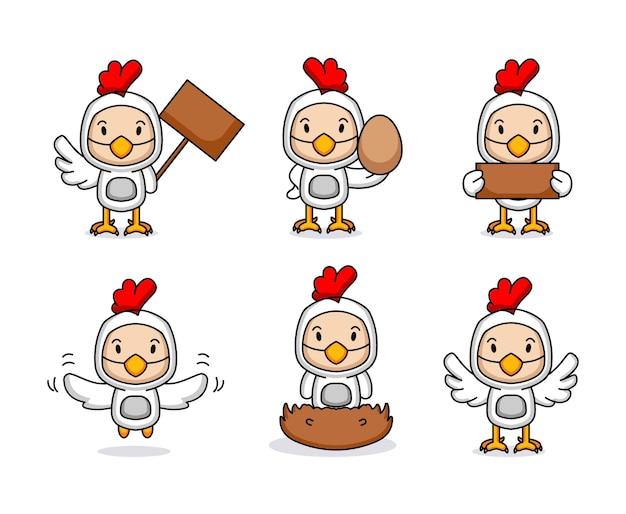 Enfant mignon avec mascotte de costume de poulet