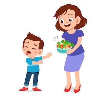 Un enfant mignon ne veut pas de salade