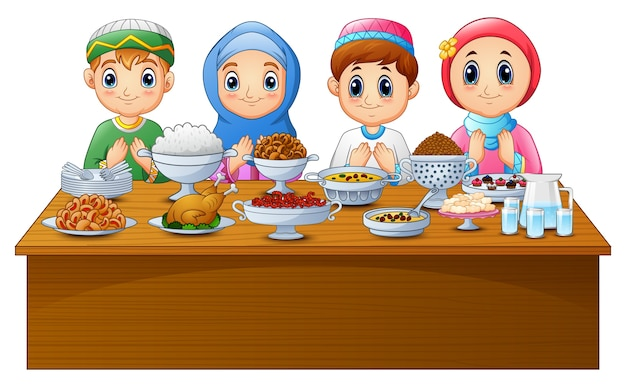 Enfant musulman prier ensemble avant de rompre le jeûne