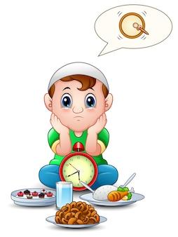 Enfant musulman s'asseoir sur le sol pendant l'attente de pause à jeun