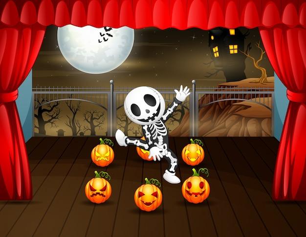 Un enfant portant un costume de crâne dansant sur scène