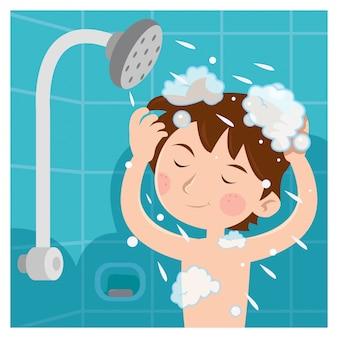 Un enfant prenant une douche et il se lave la tête avec du shampoing
