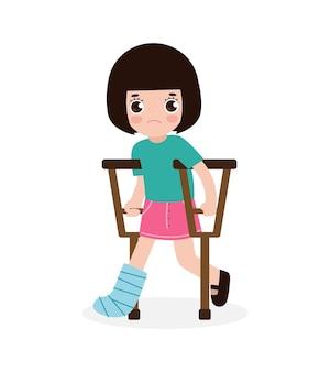 Enfant triste asiatique blessé avec une jambe cassée dans du gypse isolé