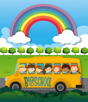 Enfants à cheval sur le bus scolaire