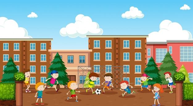 Enfants actifs jouant dans la scène en plein air