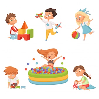 Enfants d'âge préscolaire jouant avec divers jouets