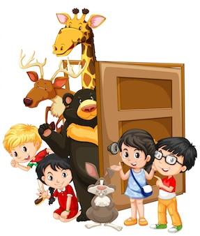 Les enfants et les animaux sauvages derrière la porte