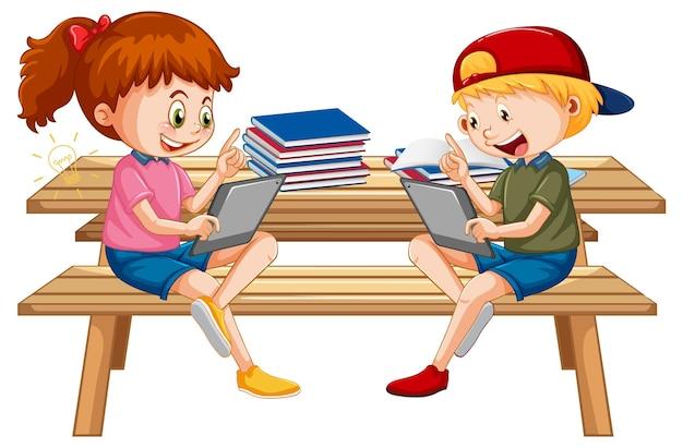 Enfants apprenant à la maison sur un appareil électronique