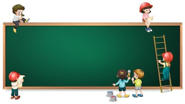 Des enfants autour du greenboard vide