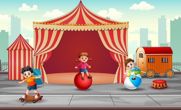Enfants De Bande Dessinée S'amusant Sur L'amusement Vecteur Premium
