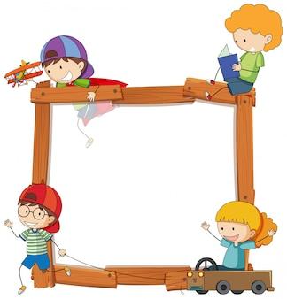 Enfants sur une bannière en bois