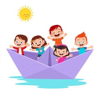 Enfants sur le bateau en papier