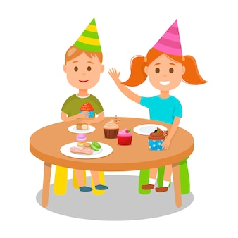 Enfants célébrant une fête d'anniversaire avec des petits gâteaux.