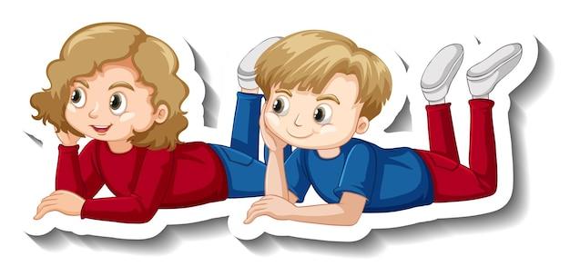 Enfants de couple fixant l'autocollant de personnage de dessin animé