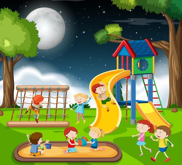 Enfants dans l'aire de jeux