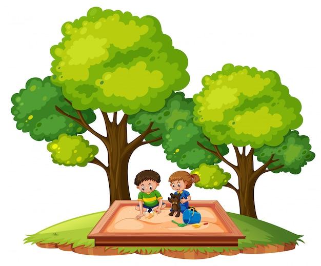 Enfants dans le bac à sable