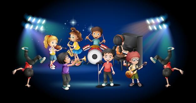 Enfants dans le groupe jouant sur scène