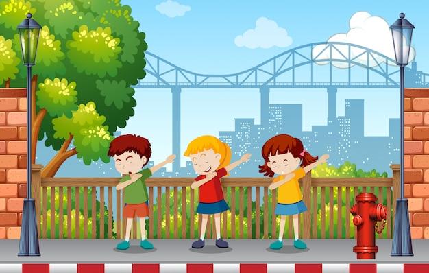Enfants dansant dans le parc