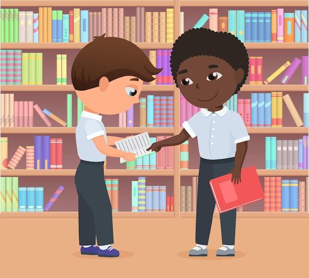 Des enfants debout dans une bibliothèque ou une librairie étudient ensemble des difficultés d'apprentissage