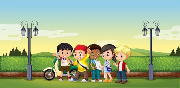 Enfants debout dans le parc
