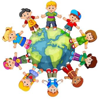 Enfants debout sur le globe