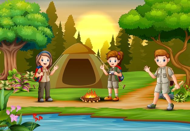 Des enfants découvrent des aventuriers en camping