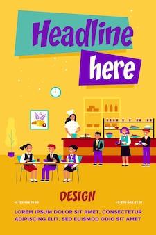 Enfants déjeunant à la cantine scolaire. garçons et filles en uniforme mangeant dans une cafétéria ou une salle à manger